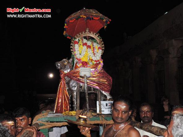 பெரியநாயகியுடன் தஞ்சை பிரகதீஸ்வரர்