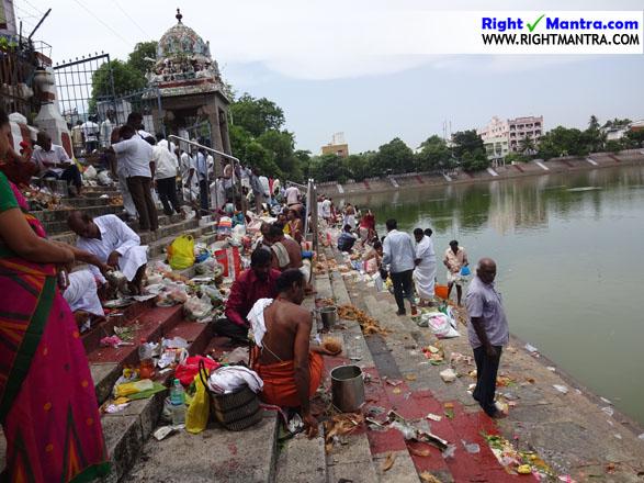 ஆடி அமாவசை அன்று பரபரப்பாக காட்சியளிக்கும் மயிலை கபாலீஸ்வரர் கோவில் குளம்
