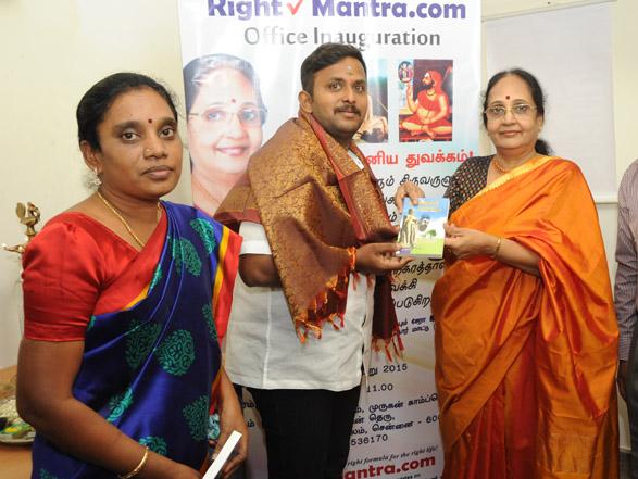 ரைட்மந்த்ரா அலுவலக திறப்புவிழாவில் நண்பர்களுக்கு பரிசளிக்கப்படும் திருக்குறள்