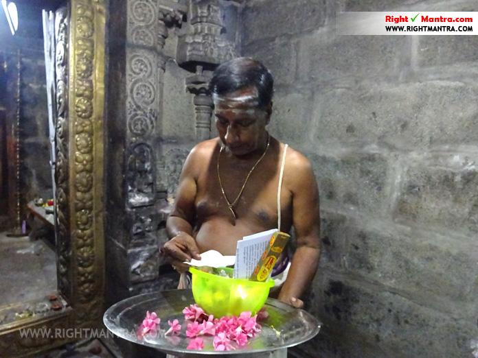 மப்பேடு சிங்கீஸ்வரர் கோவிலில் அர்ச்சனை செய்யும்போது