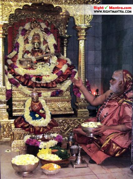 சிருங்கேரியில் தற்போதைய ஆச்சார்யாள் சாரதாம்பாளுக்கு பூஜை செய்யும் காட்சி!